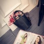 กระเป๋าสะพายข้างผู้หญิงพร้อมส่ง รหัส SUIF0220BK สีดำ มีพู่ห้อย กระเป๋าด้านในถอดได้ น่าใช้ค่ะ