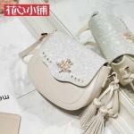 กระเป๋า Axixi พร้อมส่ง รหัส NM12318 สีขาว ประดับเพชรหน้ากระเป๋า สวยค่ะ