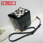กระเป๋า Axixi พร้อมส่ง รหัส NM 12251 สีดำ ทรงกล่อง แต่งดอกไม้หน้ากระเป๋าสวยมากค่ะ