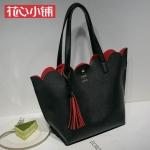 กระเป๋า Axixi พร้อมส่ง รหัส NM12228 สีดำ ข้างในสีแดง แต่งพู่แบบดูดีมากค่ะ