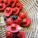 กระดุมไม้ ลาย Lady Bug สีชมพู ขนาด 3 ซม ++ ราคาต่อ 1 หน่วย++