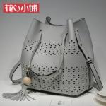 กระเป๋า Axixi พร้อมส่ง รหัส NM12217-2 สีเทา ทรงน้ำเต้า แต่งลายฉลุ หน้ากระเป๋าสวยค่ะ