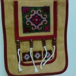 กระเป๋าผ้า ปักลายดอกสีเขียวแดงสายสะพายข้าง ปรับสายได้