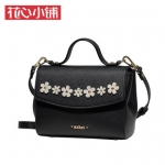 กระเป๋า Axixi พร้อมส่ง รหัส NM12258 สีดำ แต่งดอกไม้หน้ากระเป๋าสวยมากค่ะ