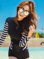 พร้อมส่ง (เฉพาะหญิง) ชุดว่ายน้ำแขนยาว สีดำ ด้านข้างแต่งลายเส้นสลับสีขาวดำ กางเกงขาสั้นสีดำ