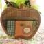 กระเป๋า ทูอินวัน ทรงแอปเปิ้ล เป็นที่ใส่กุญแจได้ มีช่องใส่เหรียญและสายคล้องมือ ควิลล์มือทั้งใบ ขนาด กว้าง 13 ซม สูง 10 ซม thumbnail 2