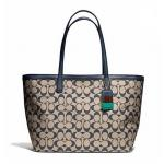 กระเป๋า COACH  WEEKEND PRINTED SIGNATURE ZIP TOP TOTE F23107