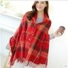 ผ้าพันคอลายแคชเมียร์เป็นผ้าคลุมไหล่ได้ แต่งลายสก๊อตสีโทนแดง มีกระดุม