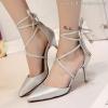 รองเท้าส้นสูงสีเงิน