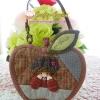 กระเป๋า ทูอินวัน ทรงแอปเปิ้ล เป็นที่ใส่กุญแจได้ มีช่องใส่เหรียญและสายคล้องมือ ควิลล์มือทั้งใบ ขนาด กว้าง 13 ซม สูง 10 ซม