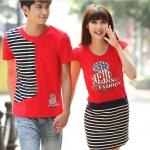 เสื้อคู่รัก ชุดคู่รัก พร้อมส่ง ชายเสื้อยืดสีแดงแต่งลายแถบดำข้างขวา + หญิงเดรสแขนสั้น สีแดง แต่งลายกระโปรงสีดำขาว