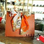พร้อมส่ง กระเป๋าแฟชั่น Mikko สีน้ำตาล ประดับโบว์สีส้มหน้ากระเป๋า สายสะพายเป้นโซ่ แถมสายสะพายให้ น่ารักค่ะ