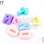 จี้พลาสติก สีพาลเทล ตัวอักษร คละสี (1ขีด/100กรัม)
