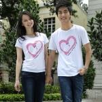 เสื้อยืดคู่รัก แฟชั่นคู่รัก ชาย + หญิง เสื้อยืดแขนสั้น แต่งสกรีนลายหัวใจสีชมพู เสื้อสีขาว +พร้อมส่ง+