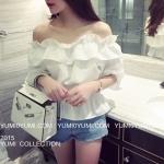 เสื้อแฟชั่นเกาหลี แต่งระบายใหญ่ช่วงคอเสื้อ ตัวเสื้อเป็นแบบเปิดไหล่ สีขาวสวยเก๋