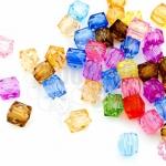 ลูกปัดพลาสติก สีใส ลูกเต๋า คละสี 6มิล(1ขีด/920เม็ด)