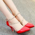 รองเท้าส้นสูงสีแดง