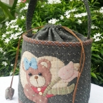 กระเป๋าคล้องมือหูรูดน้องหมีผ้าทอญี่ปุ่น ขนาดกำลังพอดี มีช่องซิบ ช่องใส่มือถือด้านใน ควิลท์มือทั้งใบ ค่ะ