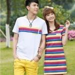 เดรสคู่รักเกาหลี แฟชั่นคู่รัก ชายเสื้อยืดคอวีสีขาวแต่งแถบสีรุ้ง+ หญิงเดรสแขนกุดลายแถบสีรุ้ง +พร้อมส่ง+