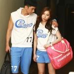 เสื้อคู่รัก ชุดคู่รักเที่ยวทะเล เสื้อผ้าแฟชั่น  ชาย  +หญิง  เสื้อยืดมีฮูดสีขาวสกรีนChicago กางเกงขาสั้นสีฟ้า  +พร้อมส่ง+