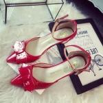 รองเท้าหนังสีแดงติดโบว์