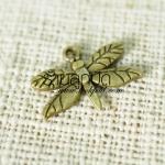 จี้รูปแมงปอ สีทองเหลือง ขนาดกว้าง 20 mm. ยาว 15 mm.