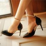 รองเท้าส้นสูงประดับลูกปัดมุกสีดำ