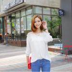 เสื้อแฟชั่นเกาหลี เย็บสม๊อคแบบเปิดไหล่ ช่วงตัวเสื้อทรงปล่อย สีขาว เรียบหรู