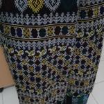 กางเกงผ้าปักอิวเมี่ยน ลายปักโบราณ โทนสีขาวแซมเหลือง ปลายกางเกงปัลายโทนฟ้าเขียว