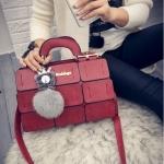 กระเป๋าถือผู้หญิง รหัส SUIF020RD มีพู่ห้อยหน้ากระเป๋า ลายเก๋ๆ