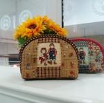 กระเป๋าใส่ของจุกจิกสไตล์ คันทรี ต่อผ้า ควิลล์มือทั้งใบ ขนาดกระทัดรัด ขนาด กว้าง 15 ซม สูง 10ซม ฐานกว้าง 4 ซม