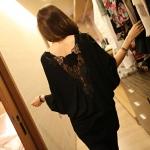 เสื้อแฟชั่นเกาหลี ทรงเสื้อปีกค้างคาวใหญ่ แต่งดานหลังด้วยการบุลูกไม้ลายใหญ่ สวยเก๋
