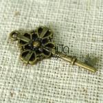 จี้รูปกุญแจ สีทองเหลือง ขนาดกว้าง 19 mm. ยาว 39 mm.