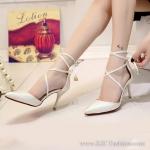 รองเท้าส้นสูงสีขาว