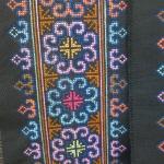 ผ้าปักลายสีน้ำเงิน + ชมพู สีสัน ยาว 1 วา กว้าง 6.5 นิ้วลายผ้า 4.5 นิ้ว โดยประมาณ