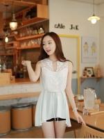 เสื้อแฟชั่นเกาหลี แขนกุด ตัดเย็บช่วงไหล่ด้วยผ้าลูกไม้ลายเล็ก มีเชือกผูกเอวสีขาว