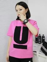 เสื้อยืดสีชมพูสกรีนลายตัว U