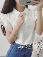 เสื้อแฟชั่นเกาหลี แขนกุด แต่งระบายช่วงไหล่ คอปก กระดุมหน้า สีขาว