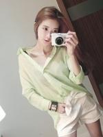 เสื้อเชิ๊ตสีเขียวอ่อน