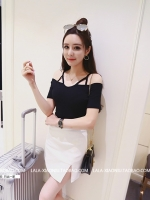 เสื้อยืดแฟชั่นเกาหลี แต่งแบบโชว์ไหล่สายเดี่ยว ตัวเสื้อเข้ารูป สีดำ สวยเก๋