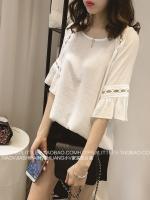 เสื้อแฟชั่นเกาหลี เย็บแต่งช่วงตัวและแขนเสื้อด้วยลูกไม้บุลาย สวยเก๋ สีขาว