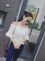 เสื้อแฟชั่นเกาหลี แบบเปิดไหล่ ช่วงคอเสื้อเย็บแต่งตัววี เนื้อผ้า คอตตอล สีขาว
