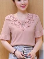 เสื้อแฟชั่นเกาหลี เย็บแต่งลูกไม้บุลายดอกช่วงคอเสื้อ แต่งระบายชายแขนเสื้อ สีชมพูสุภาพ