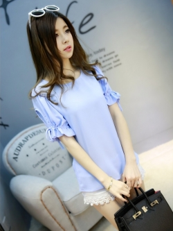 เสื้อแฟชั่นเกาหลี แต่งแบบโชว์แขน แขนเสื้อแต่งระบายเล็กผูกโบว์เก๋ๆ สีฟ้า
