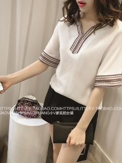 เสื้อแฟชั่นเกาหลี คอวี ปักแต่งลายยิปซีเก๋ ๆ ช่วงคอเสื้อปละชายเสื้อ สีขาว