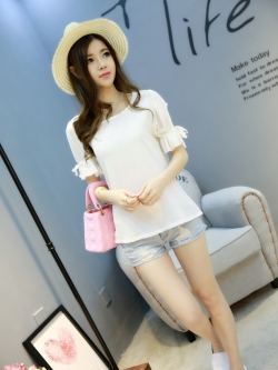 เสื้อแฟชั่นเกาหลี แต่งแบบโชว์แขน แขนเสื้อแต่งระบายเล็กผูกโบว์เก๋ๆ สีขาว