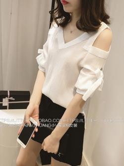 เสื้อแฟชั่นเกาหลี เว้าโชว์ไหล่ ผูกโบว์เก๋ไก๋ที่แขนเสื้อ สีขาว