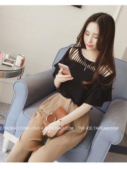 เสื้อยืดแฟชั่นเกาหลี บากช่วงไหล่และคอเสื้อเป็นริ้ว เก๋ ๆ สีดำ