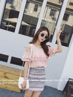 เสื้อแฟชั่นเกาหลี แต่งระบายใหฐ่ช่วงอก เว้าโชว์ไหล่ สีชมพูอ่อน สวยหวาน
