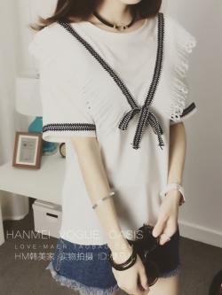 เสื้อแฟชั่นเกาหลี ตกแต่งตัวเสื้อด้วยระบายลูกไม้ช่วงคอเก๋ ๆ สีขาว